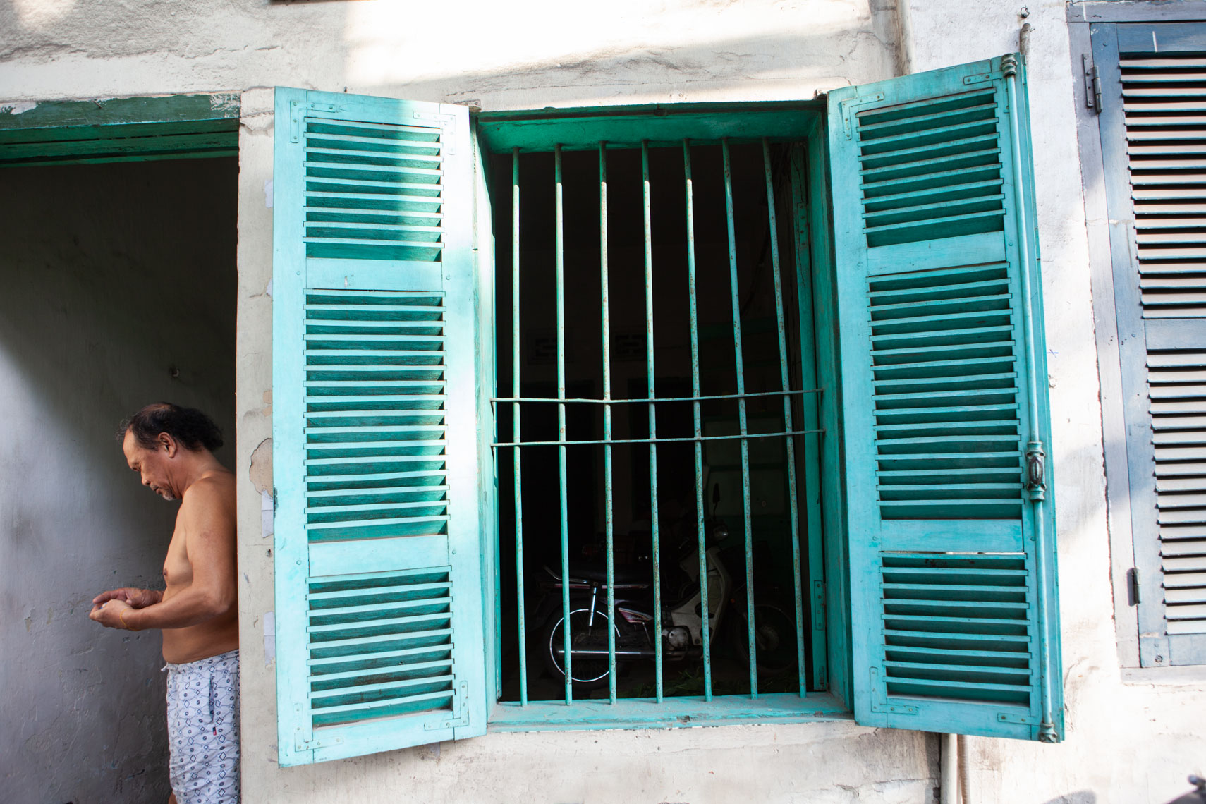 Hanoi-bare-chested-man-in-doorway