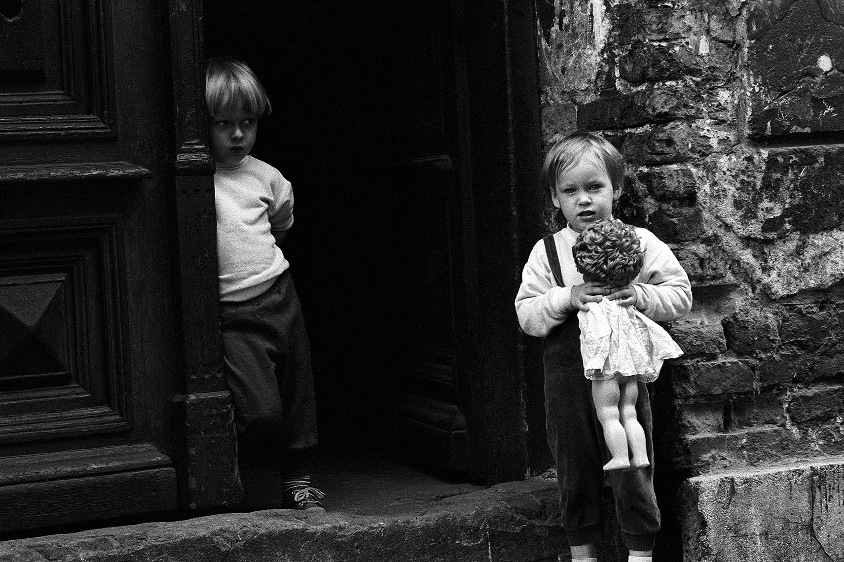 kids-in-doorway